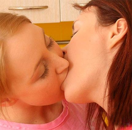 my18teens-lesbian-kiss